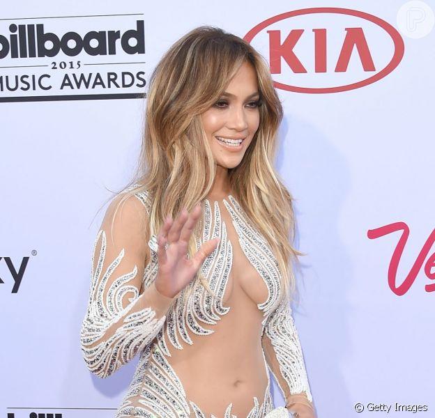 Jennifer Lopez apostou em vestido longo com brilhos e tule para o Billboard Music Awards 2015, em 17 de maio de 2015