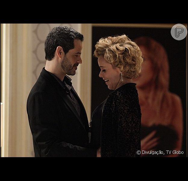 Natan (Bruno Garcia) e Bárbara (Giulia Gam) assumem namoro e fecham parceria no cinema, em 'Sangue Bom', em 31 de maio de 2013