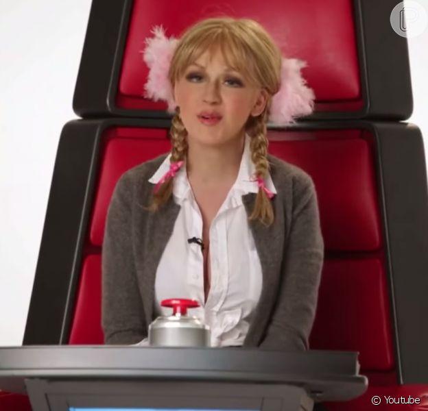 Christina Aguilera fez uma série de imitações para o canal do YouTube do programa 'The Voice'. Em uma das paródias, ela imita a cantora Britney Spears