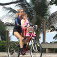 Grazi Massafera passeia na praia da Barra da Tijuca, Zona Oeste do Rio, com a filha, Sofia