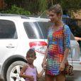 Grazi leva a filha, Sofia, à aula de ballet na Barra da Tijuca