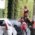 Sofia come pipica no caminho para a escola com o pai, Cauã Reymond