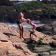 Cauã comemorou o aniversário, no último dia 20, com a filha Sofia na praia