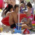 Cauã é companhia constante de Sofia em passeios e adora levar a pequena para se divertir ao lado dele na praia