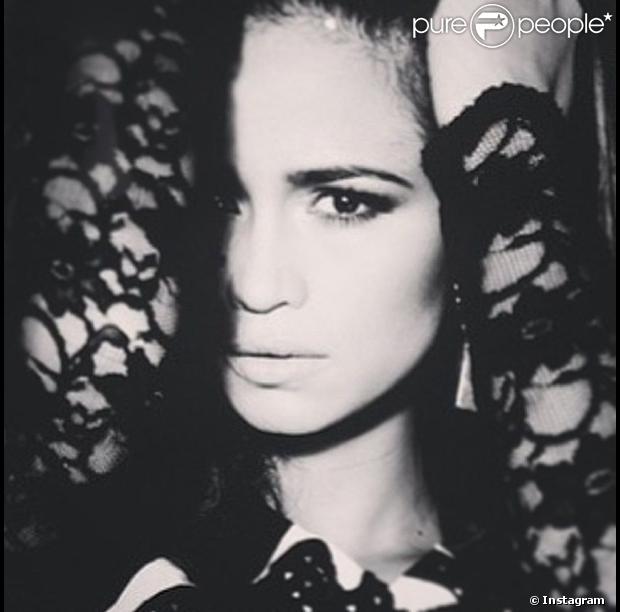Nanda Costa postou no Instagram, nesta sexta-feira, 31 de maio de 2013, foto em que aparece sexy com um blusa de renda preta