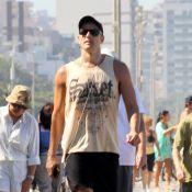 Reynaldo Gianecchini caminha por orla cheia do Leblon, na Zona Sul do Rio