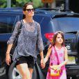 Suri é a única filha Katie Holmes, do casamento com o galã Tom Cruise, e estampa no rosto, aos 9 anos, que é a cara da mãe