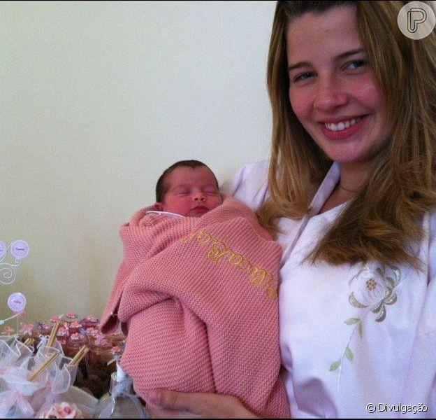 Debby Lagranha posa com a filha, Maria Eduarda, e diz que a primeira amamentação foi muito tranquila. A atriz conversou com o Purepeople em 7 de junho de 2013