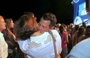 Malvino Salvador e Sophie Charlotte trocam beijos em show da Vanessa da Mata