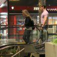 Thor Batista foi fotografado, no último sábado, passeando em shopping do Rio com suposta namorada