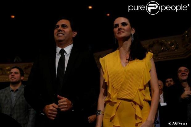 Lisandra Souto vai ao Prêmio de Música Brasileira, no Rio de Janeiro, acompanhada do empresário Gustavo Fernandes, mas nega romance. O evento aconteceu em 12 de junho de 2013