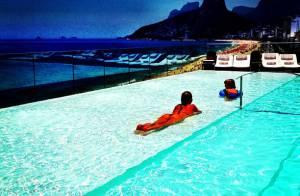 Danielle Winits usa biquíni fio-dental em piscina de hotel no Rio