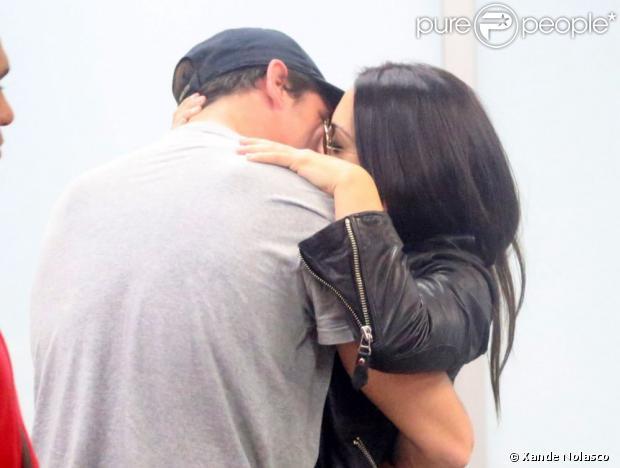 Cleo Pires é recebida por Rômulo Neto que tasca um beijão na compaheira, em 19 de junho de 2013