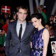 """Kristen Stewart e Robert Pattinson juntos em evento de divulgação do filme """"Amanhecer - Parte 1"""", antes do caso de infidelidade"""