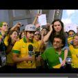 Tatá Werneck e Caio Castro conversam com torcedor na Arena Fonte Nova, em Salvador