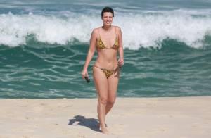 Camila Rodrigues, de 'Os Dez Mandamentos', exibe boa forma e tatuagem na praia