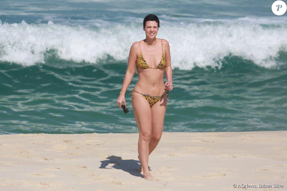 Camila Rodrigues exibiu boa forma na tarde deste domingo, 12 de julho de 2015, ao lado do marido Roberto Costa, na praia da Reserva, Zona Oeste do Rio de Janeiro