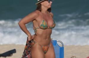 De biquíni, Viviane Araújo exibe corpo sarado em praia do Rio: 'Pra relaxar'