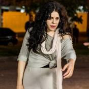 Bárbara Paz grava 'A Regra do Jogo' com roupa rasgada e rodeada por mendigos