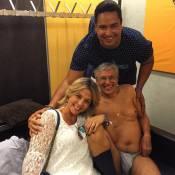 Caetano Veloso posa apenas de cueca e meia em foto com Carla Perez e Xanddy