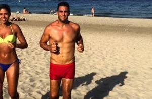 André Marques corre na praia em Ibiza e impressiona ao exibir barriga sarada