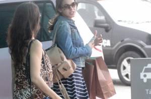 c840056875cb4 Bruna Marquezine usa óculos da grife Miu Miu de R  1 mil em passeio no  shopping