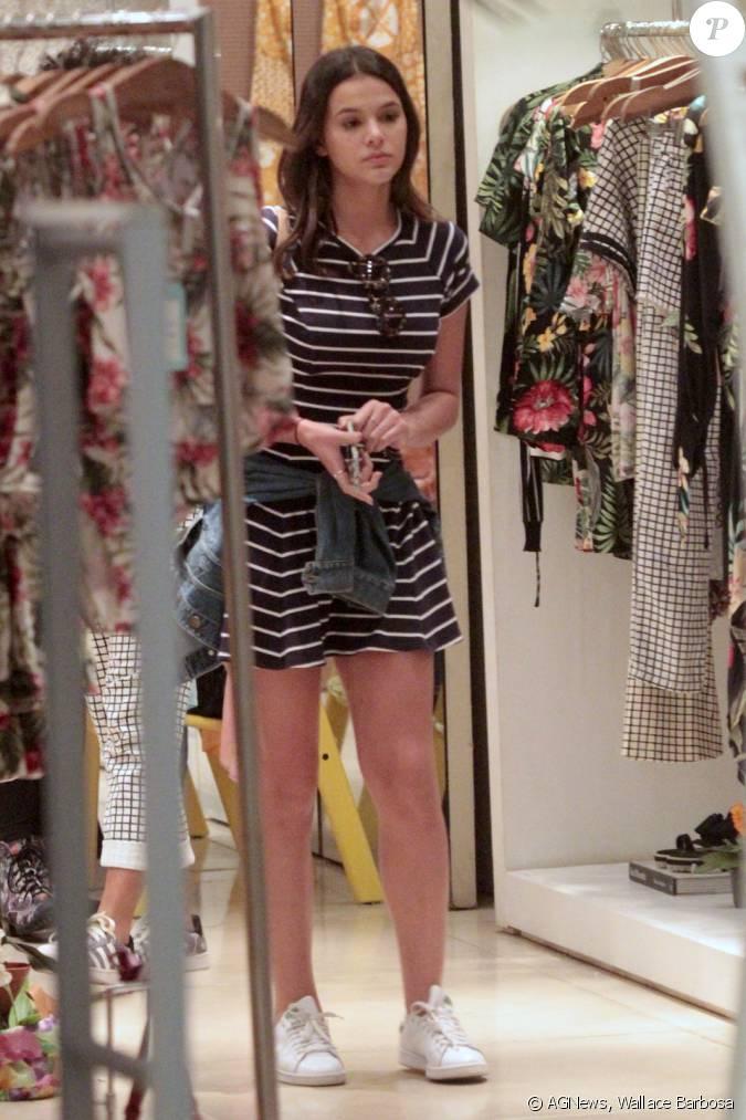 De vestido listrado e tênis, Bruna Marquezine circula pelo shopping ...