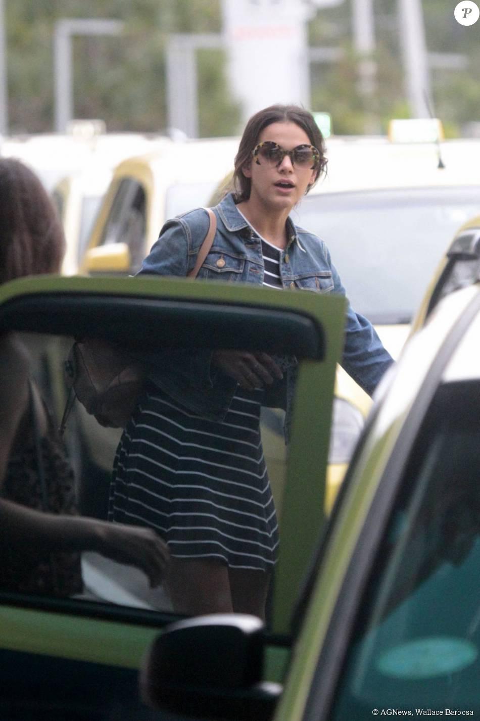 aeee37336db9e Bruna Marquezine usa óculos da grife Miu Miu de R  1 mil em passeio ...