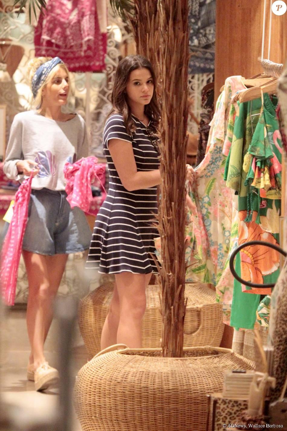 e2b08dc9c Atriz entrou em algumas lojas e procurou por vestidos - Purepeople
