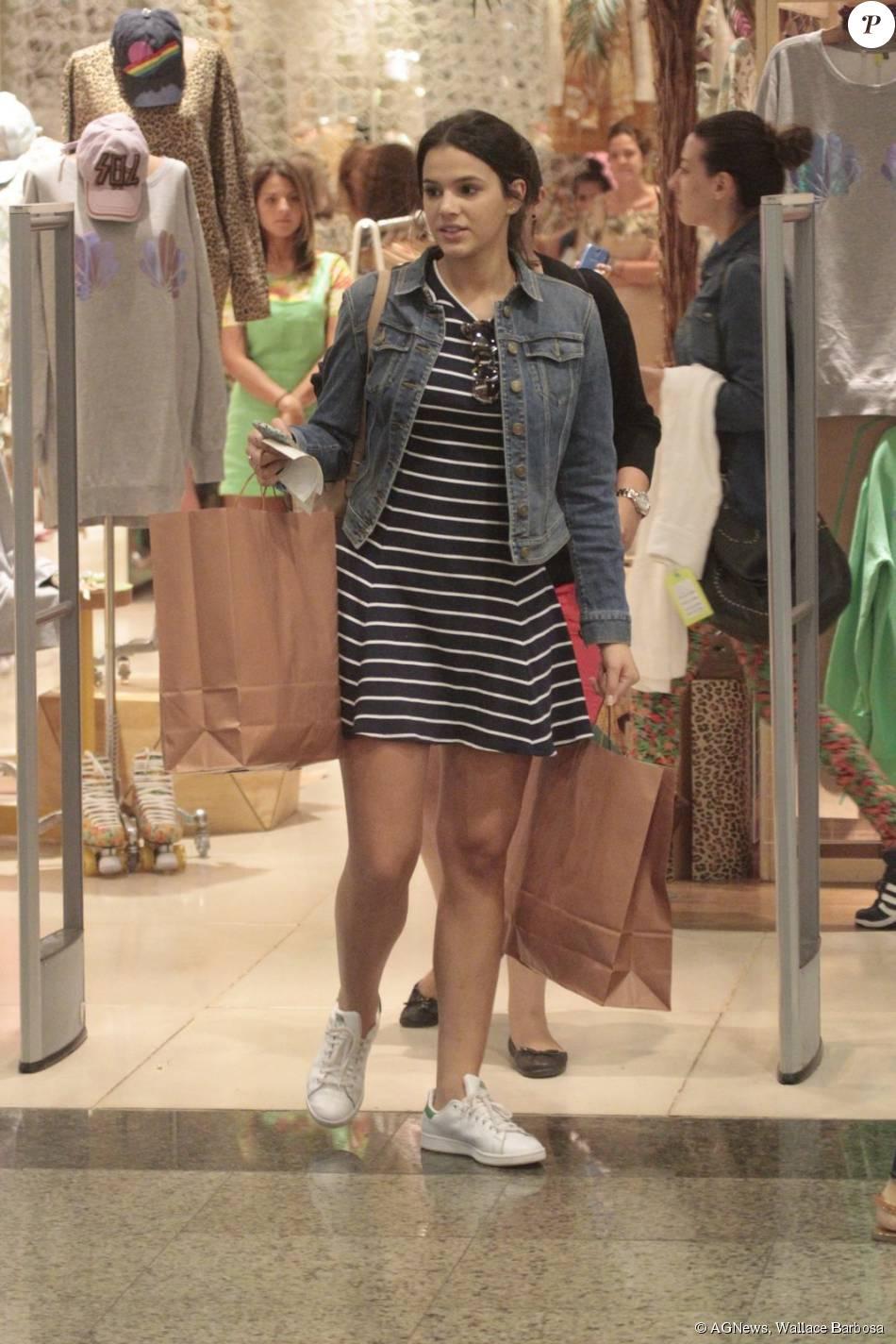 76757099f Bruna Marquezine deixa a loja com várias bolsas - Purepeople