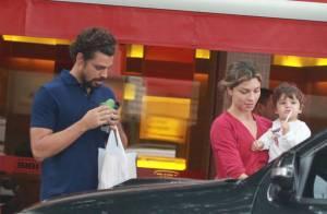 Cauã Reymond e Grazi Massafera vão juntos a lanchonete com a filha, Sofia