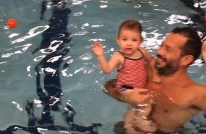 Malvino Salvador leva a filha, Ayra, à aula de natação. Veja vídeo na piscina!