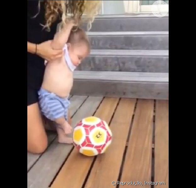 Shakira publicou em seu Instagram nesta quarta-feira, 29 de julho de 2015, um vídeo mostrando Sasha dando o seu primeiro chute em uma bola de futebol