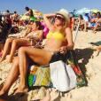 Helô Pinheiro mostra a boa forma usando biquíni em um dia de praia em Ipanema, no Rio de Janeiro