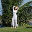 Na sessão de fotos desta quinta-feira (04), Letícia Spiller posou também com um vestido longo branco