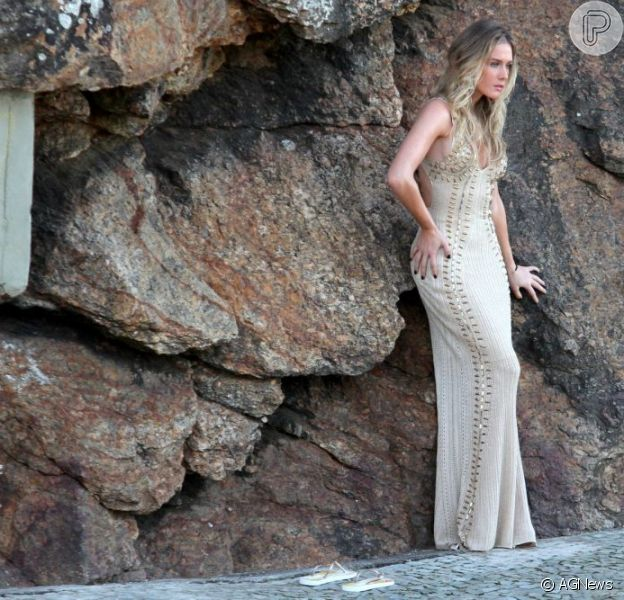 Fiorella Mattheis posa usando um vestido nude colado ao corpo e que marcam as curvas perfeitas da atriz, na pedra do Arpoador, na Zona Sul do Rio, em 5 de julho de 2013
