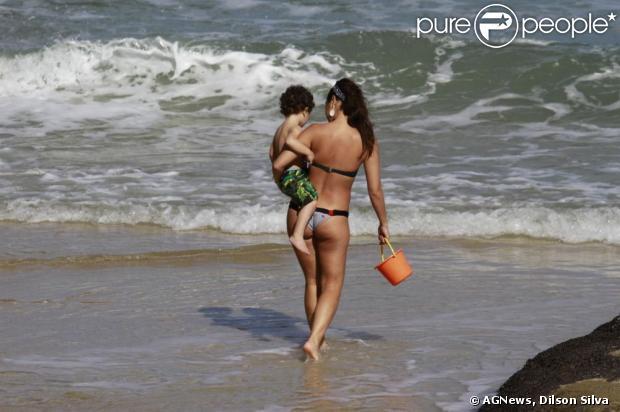 Daniele Suzuki foi à praia de Grumari, Zona Oeste do Rio de Janeiro, com o pai, Hiroshi, e o filho, Kauai, neste sábado, 6 de julho de 2013