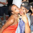 Roberta Rodrigues tasca um beijo na buchecha de Micael Borges