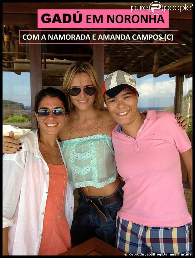 A colunista Daliana Martins publica a primeira foto de Maria Gadú com a namorada. O registro é da fã Amanda Campos, a loira localizada no centro da imagem