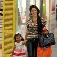 Grávida, atriz faz passeio ao lado da filha