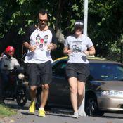 Leandra Leal e o namorado exibem aliança na mão esquerda durante caminhada