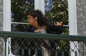 Em 'Salve Jorge', Morena (Nanda Costa) foge mais uma vez, logo após ser comprada