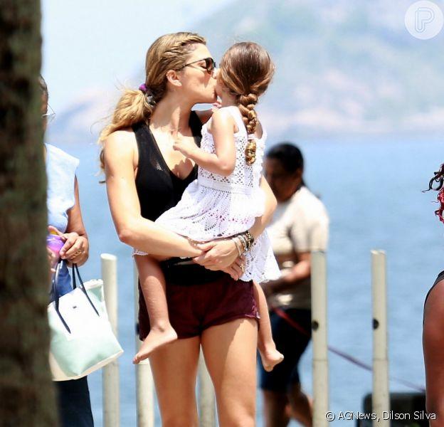 Grazi Massafera e a filha Sofia, de 3 anos, divertiram-se na praia de São Conrado, no Rio de Janeiro na manhã deste sábado (17)