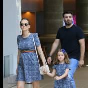 Grávida, Fernanda Rodrigues passeia com a filha, Luísa, usando mesmo look