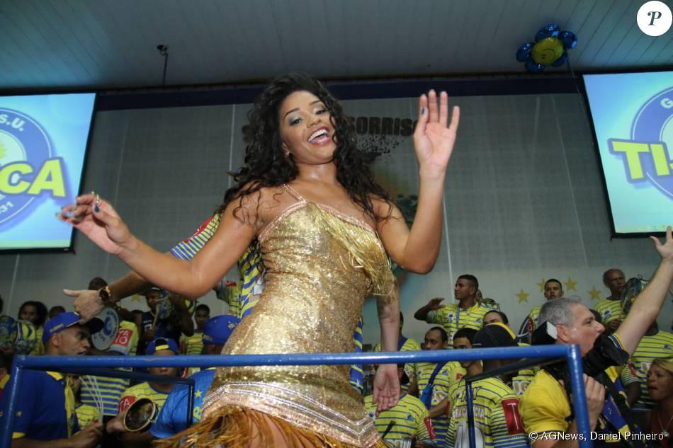 Juliana Alves caiu no samba na madrugada deste domingo (18), na quadra da escola de samba Unidos da Tijuca, no Rio de Janeiro