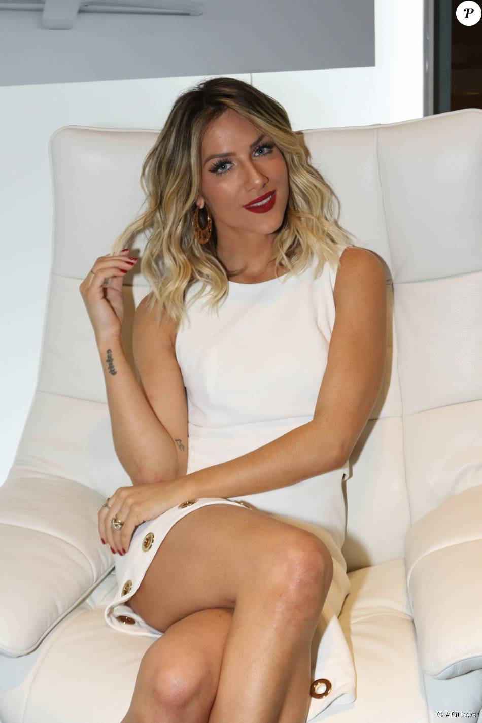 Giovanna Ewbank apostou em um vestido com recorte assimétrico para ir ao São Paulo Fashion Week na noite desta terça. Além dela, Julia Faria, Carol Ribeiro e mais famosas prestigiaram segundo dia de desfiles no dia 19 de outubro de 2015