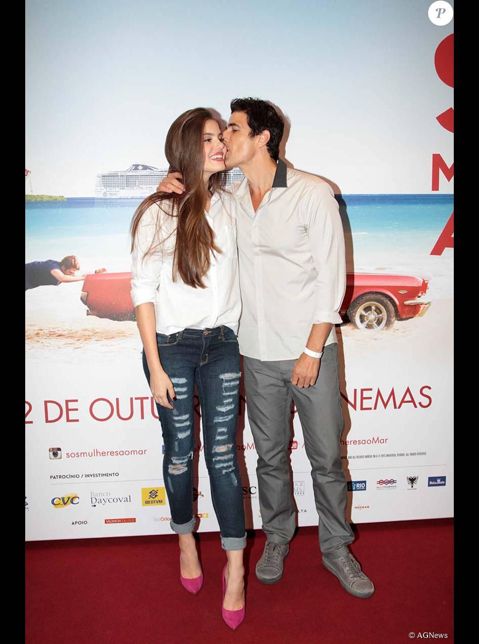 Camila Queiroz ganhou um beijo carinhoso de Reynaldo Gianecchini na première de 'SOS Mulheres ao Mar 2', nesta terça-feira, 20 de outubro de 2015
