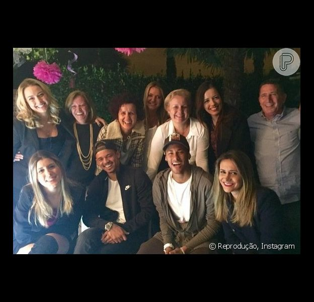 Neymar marcou presença na festa de aniversário para comemorar os 22 anos de Carol Dantas, sua ex-namorada e mãe do seu único filho. O encontro entre amigos foi realizado em Barcelona, onde a jovem mora atualmente com Davi Lucca