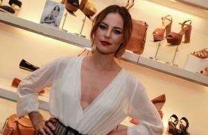Paolla Oliveira, vilã de 'Além do Tempo', usa look com decote e fenda em evento