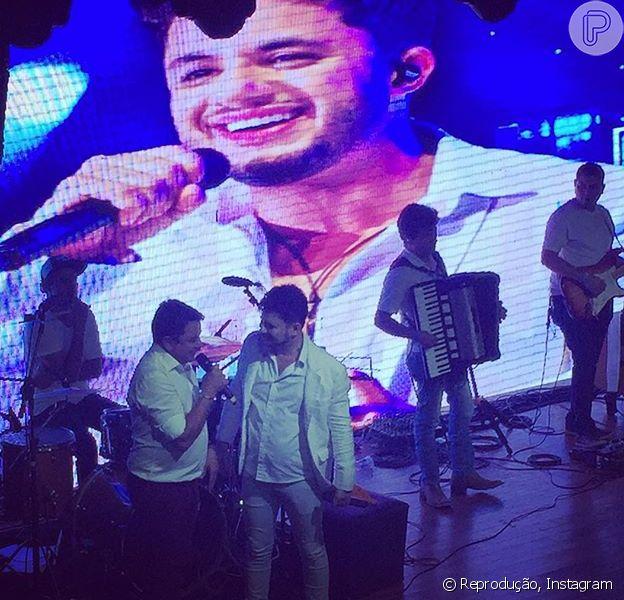 João Araújo, pai de Cristiano Araújo, emocionou muitos fãs com uma homenagem feita ao filho durante um show em Goiânia.